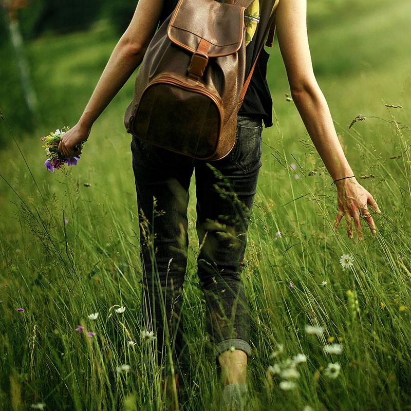 Mujer caminando entre hierba alta