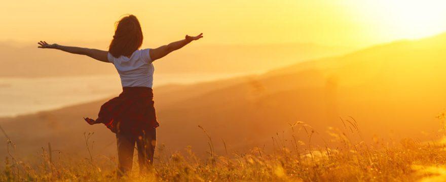 Mujer disfrutando de un nuevo amanecer