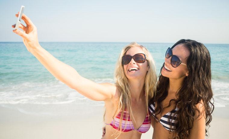 Mujeres haciendose un selfie
