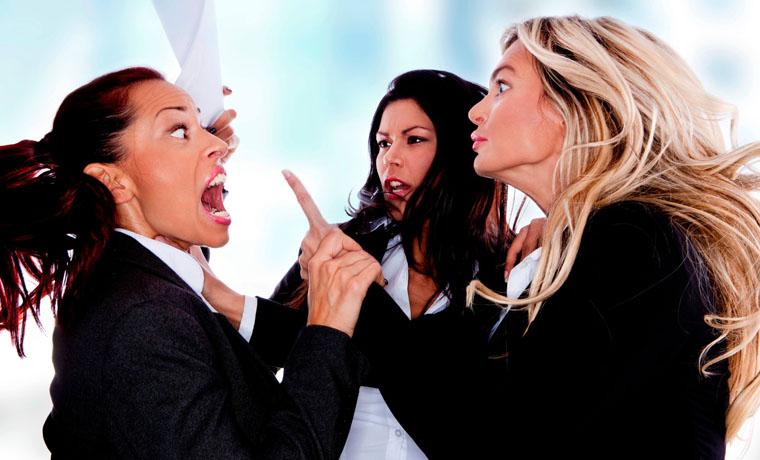 Mujeres discutiendo