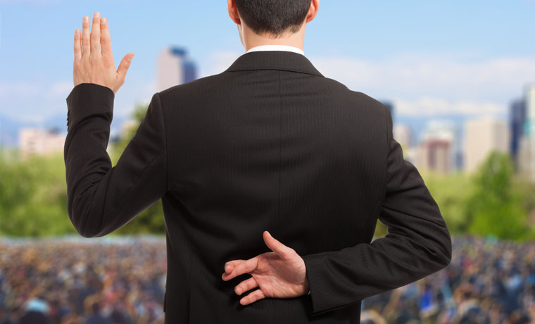 Político cruzando los dedos mientras jura su cargo