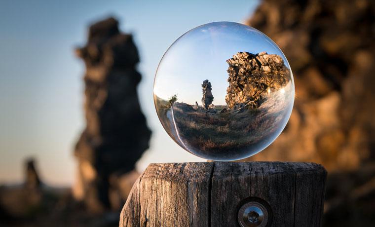 Paisaje visto a traves de una esfera de cristal